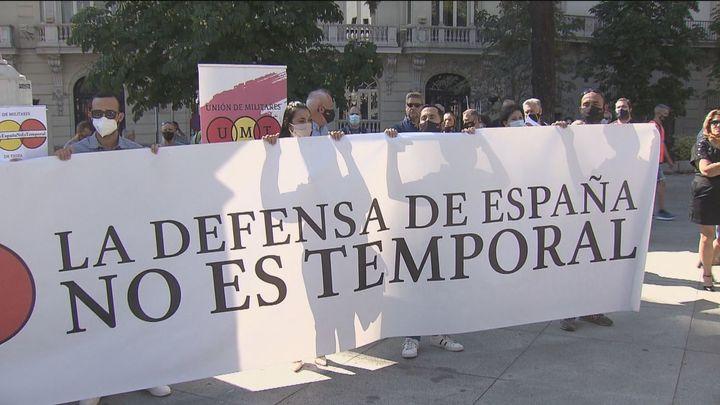La Unión de Militares de Tropa (UMT) se concentra frente al Congreso para denunciar su situación precaria