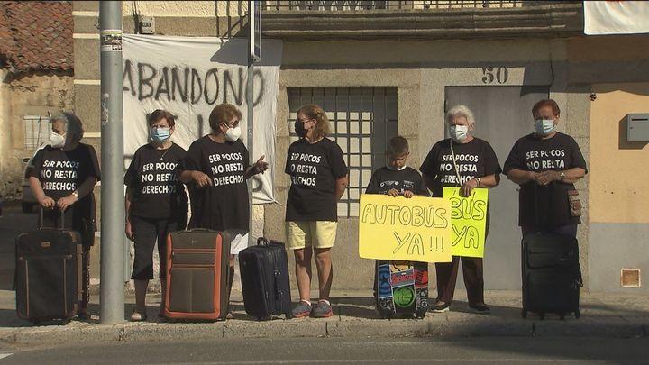 Los vecinos de Aldehuela (Ávila) protestan para recuperar su bus directo a Madrid