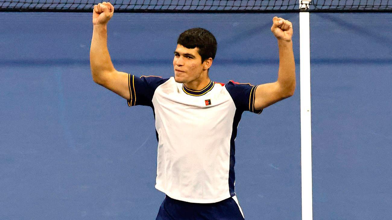 El jovencísimo Alcaraz sigue dando la campanada en Estados Unidos y celebra su pase a cuartos de final