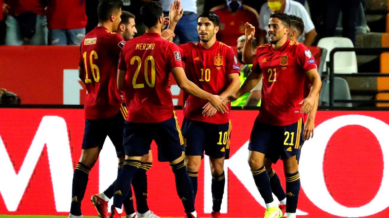 4-0. Carlos Soler saluda a sus compañeros tras marcar el 2-0 que encarrilaba el partido ante Georgia
