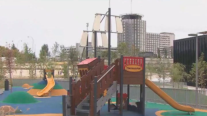 Nueva zona verde y de juegos infantiles a los pies de la torre Caleido