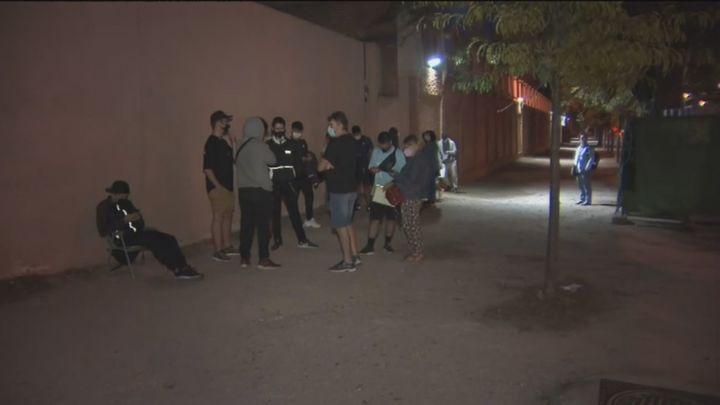 Decenas de jóvenes hacen cola toda la noche por una plaza de FP en el Instituto Virgen de la Paloma