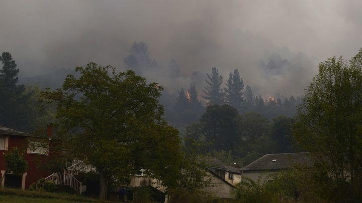 El incendio en Ribas de Sil, en Lugo, avanza sin control