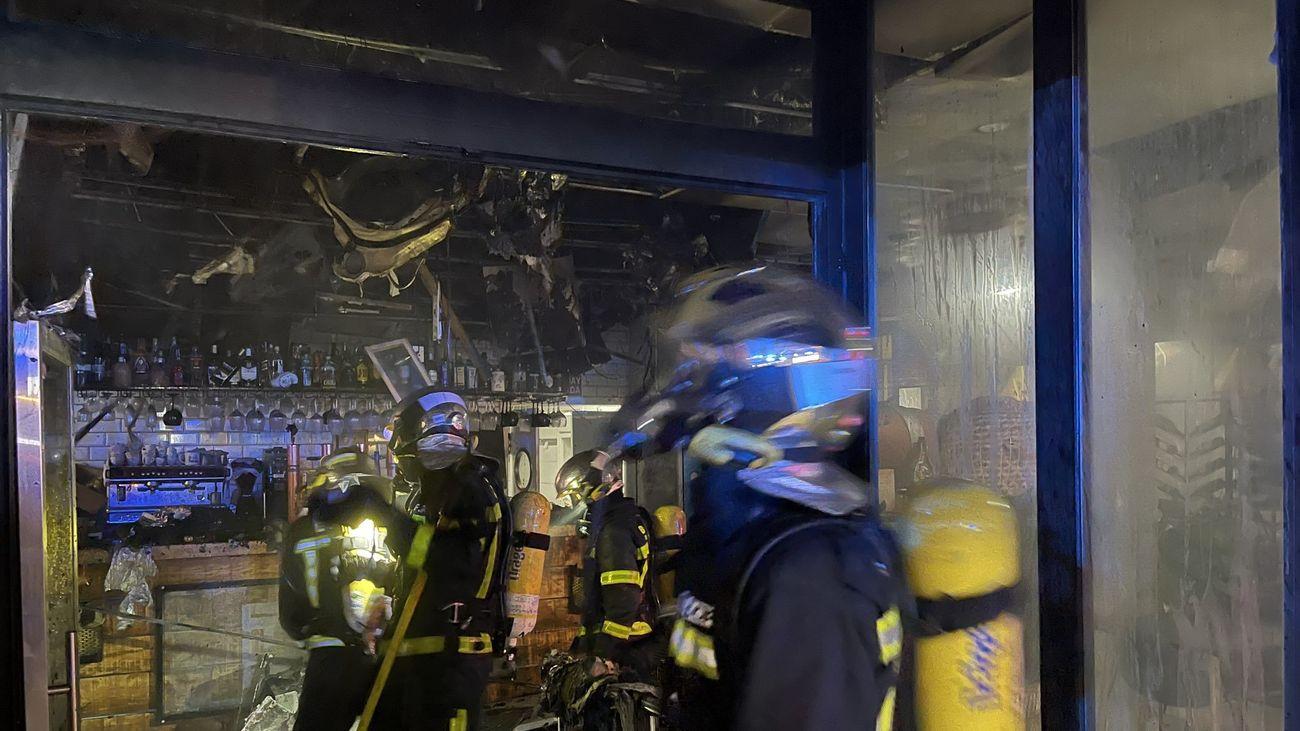 Los bomberos en el incendio de un restaurante de Las Rozas