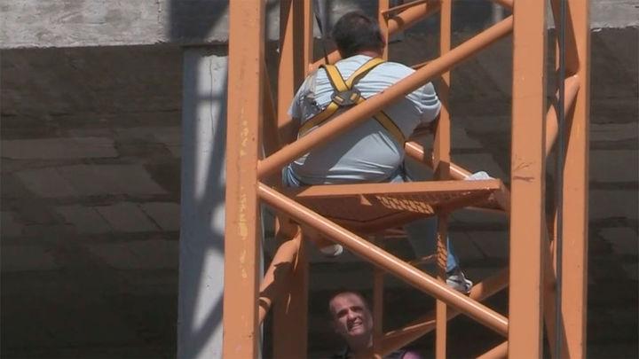 Un empresario se sube a una grúa para reclamar el pago de 30.000 euros a la Empresa de la Vivienda de Sevilla