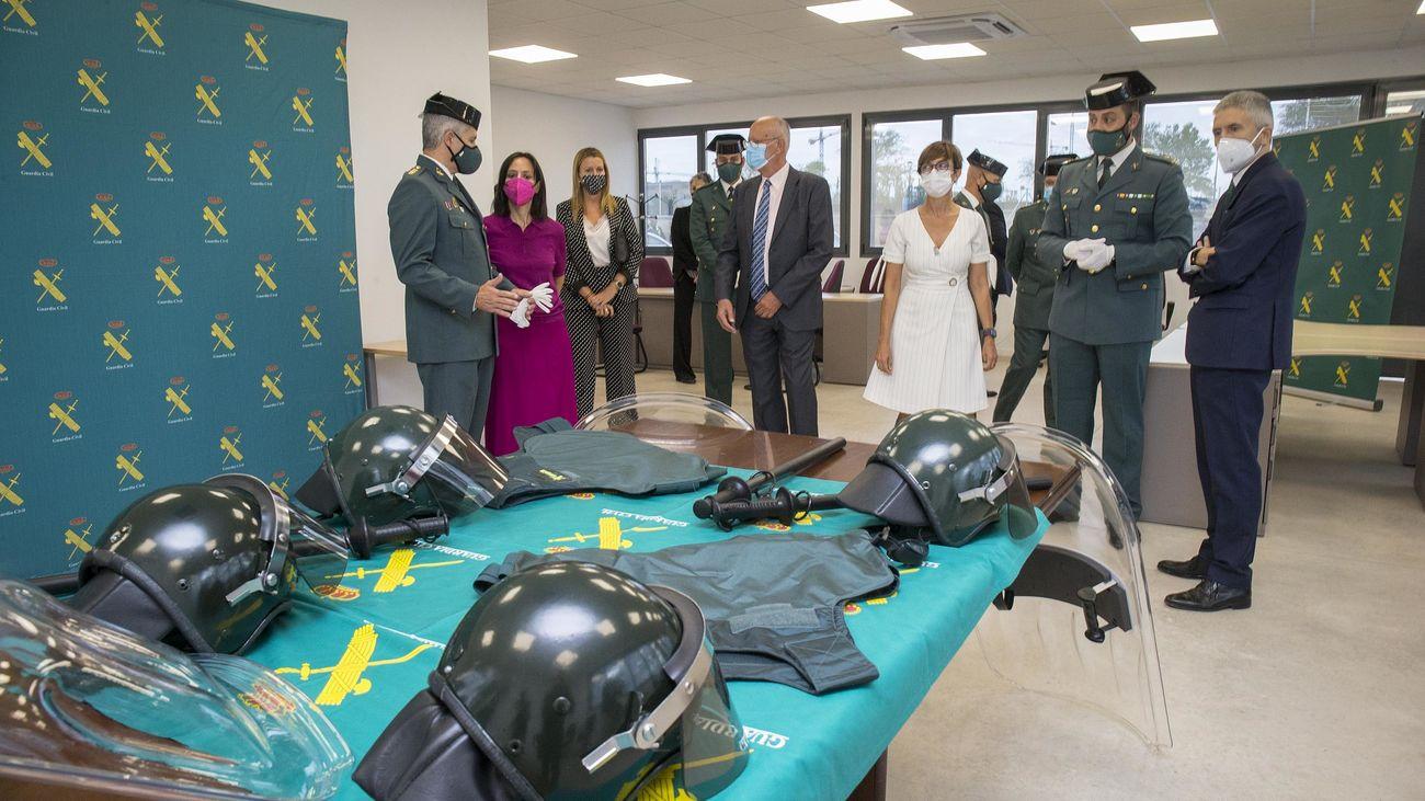 Autoridades y mandos de la Guardia Civil en el Interior del nuevo puesto de Villalbilla