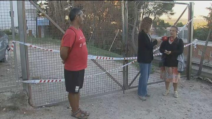 Una madre y su hijo piden recoger su DNI tras quedarse en la calle por el incendio de su casa en Dehesa de la  Villa