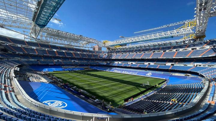 Los aficionados del Madrid, deseando ver el nuevo césped del Bernabéu