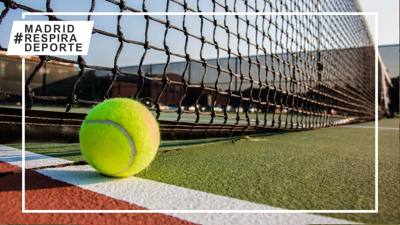 Una pelota de tenis junto a la red, en el Street Tennis