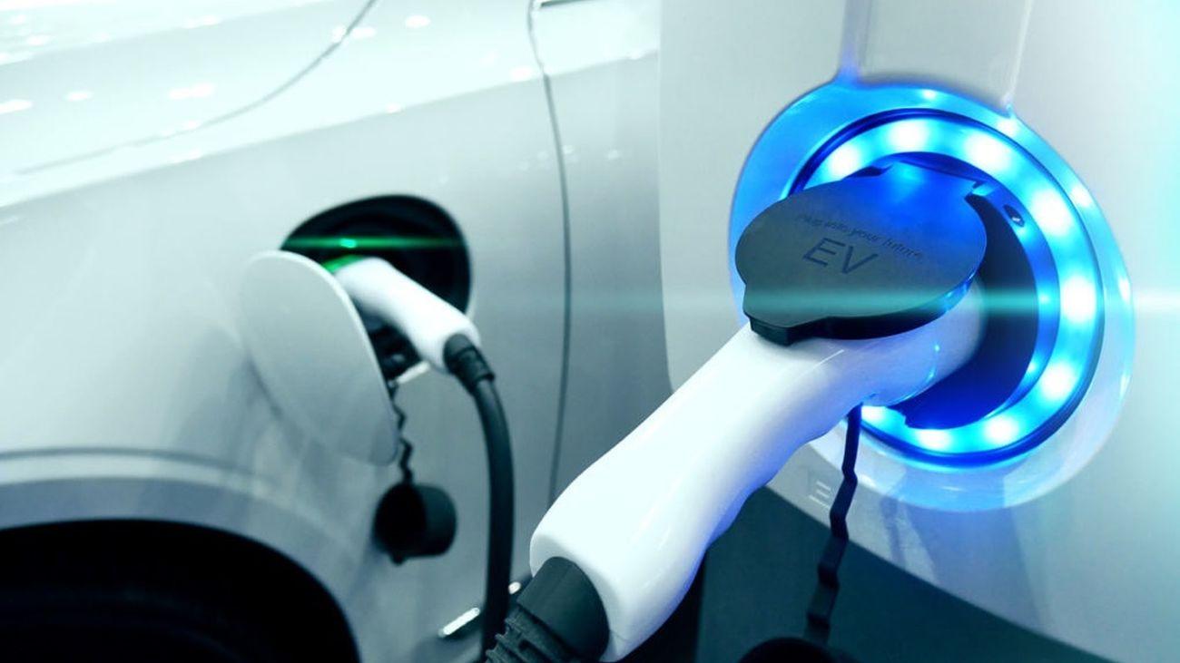 Un vehículo eléctrico recargándose