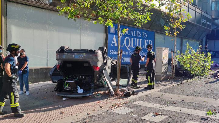 Aparatoso accidente en María de Molina, con un coche volcado