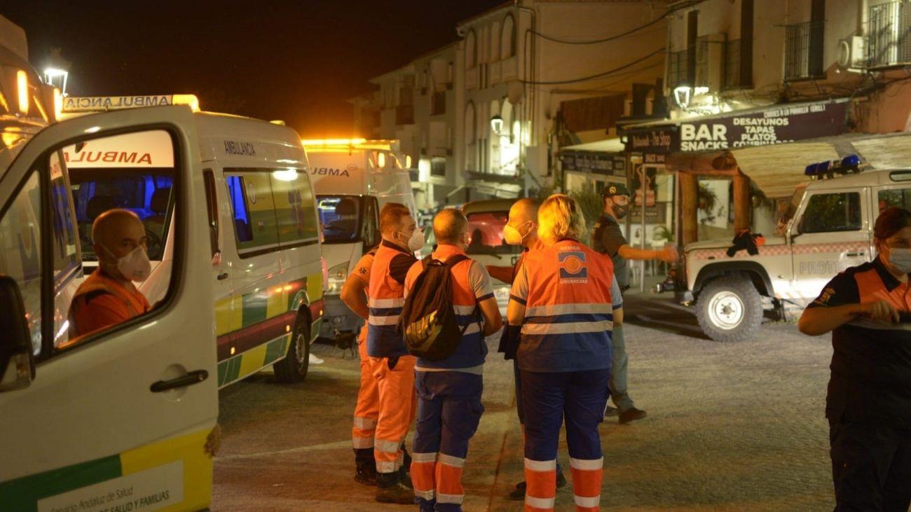 Efectivos de emergencias colaboran en la evacuación de Jubrique