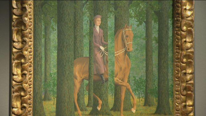 Pipas, manzanas, sombreros y personajes de espaldas. Magritte llega al Thyssen