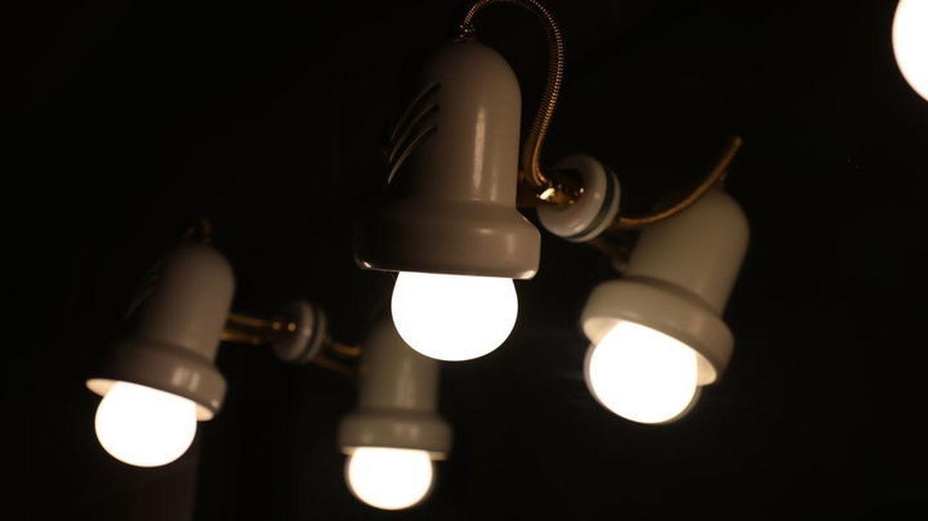 El precio de la luz  baja ligeramente este martes