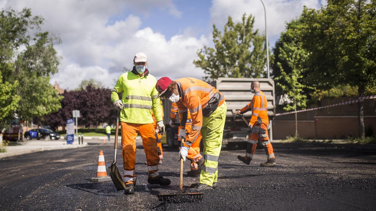 Operarios trabajan en la operación asfalto