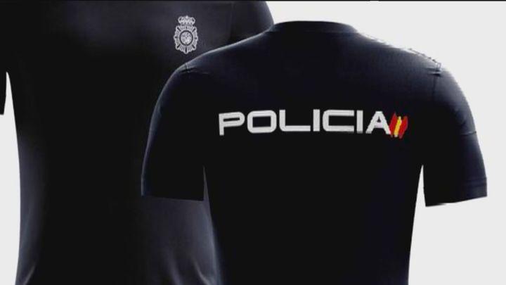 Una familia de Vallecas, acosada por llevar uno de los hijos una camiseta de la Policía Nacional
