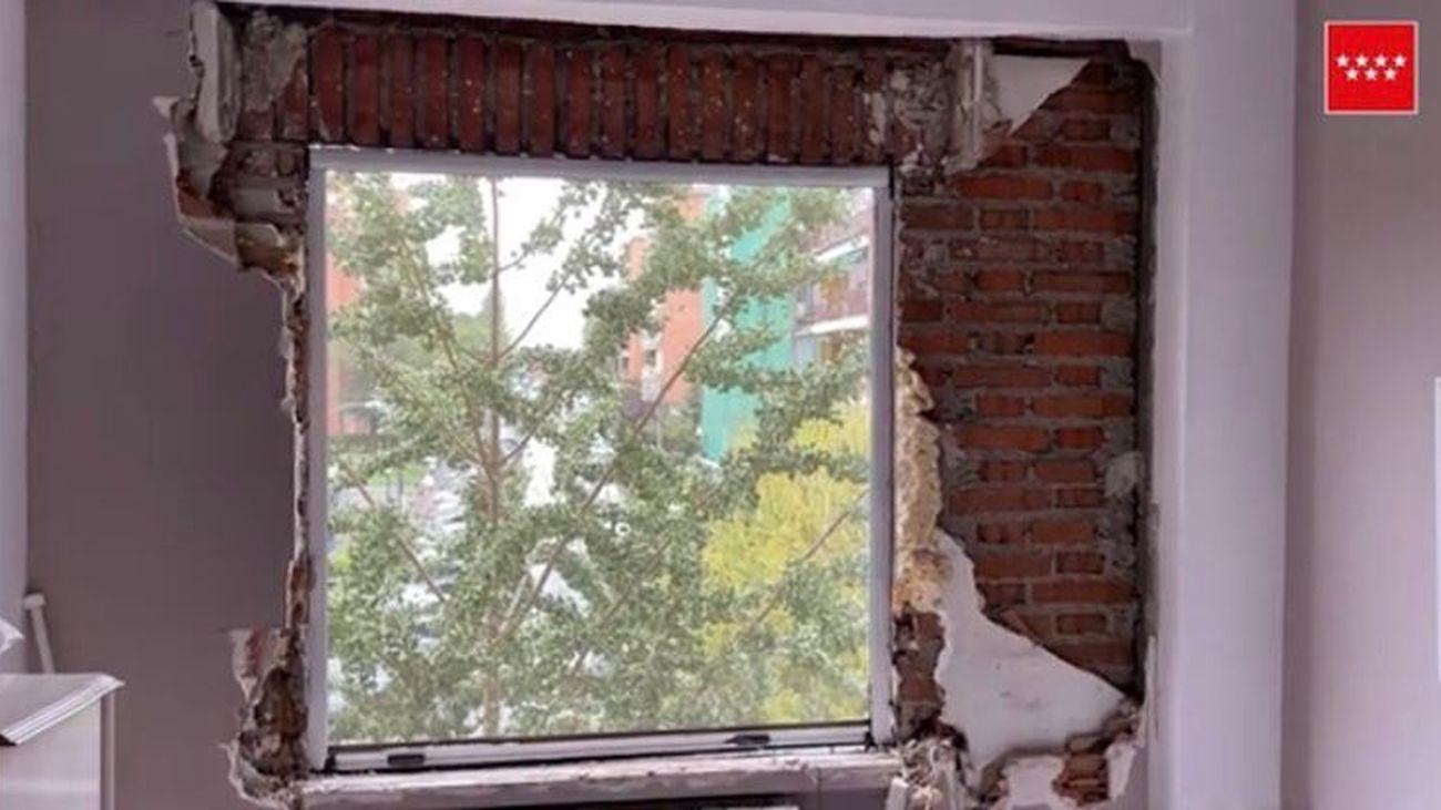 Estado de una de las ventanas de la vivienda tras la explosión de gas butano