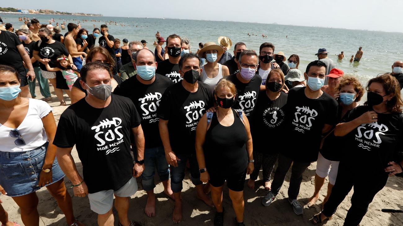Miembros de la plataforma ILP Mar Menor durante un acto para guardar luto por esta laguna costera
