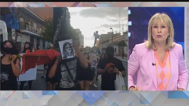 Esperpento 'okupa' en Móstoles: sacan en procesión la puerta que derribó la Policía