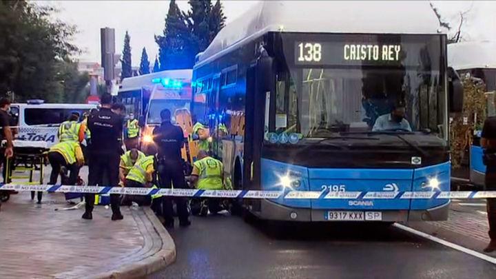 Un autobús de la línea 138 de la EMT atropella a una joven en Aluche