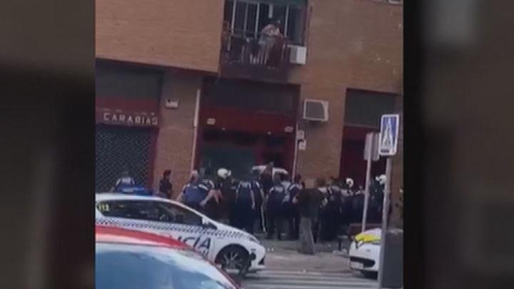 Seis detenidos y dos policías heridos en un enfrentamiento con un clan familiar en Usera que celebraba una fiesta