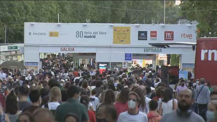 Colas kilométricas para acceder a la Feria del Libro este sábado
