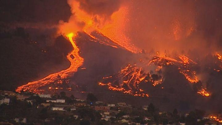 La espectacular imagen del volcán de Cumbre Vieja al anochecer deja apreciar la intensidad de esos caminos de lava que ya han afectado a algunas viviendas cercanas.