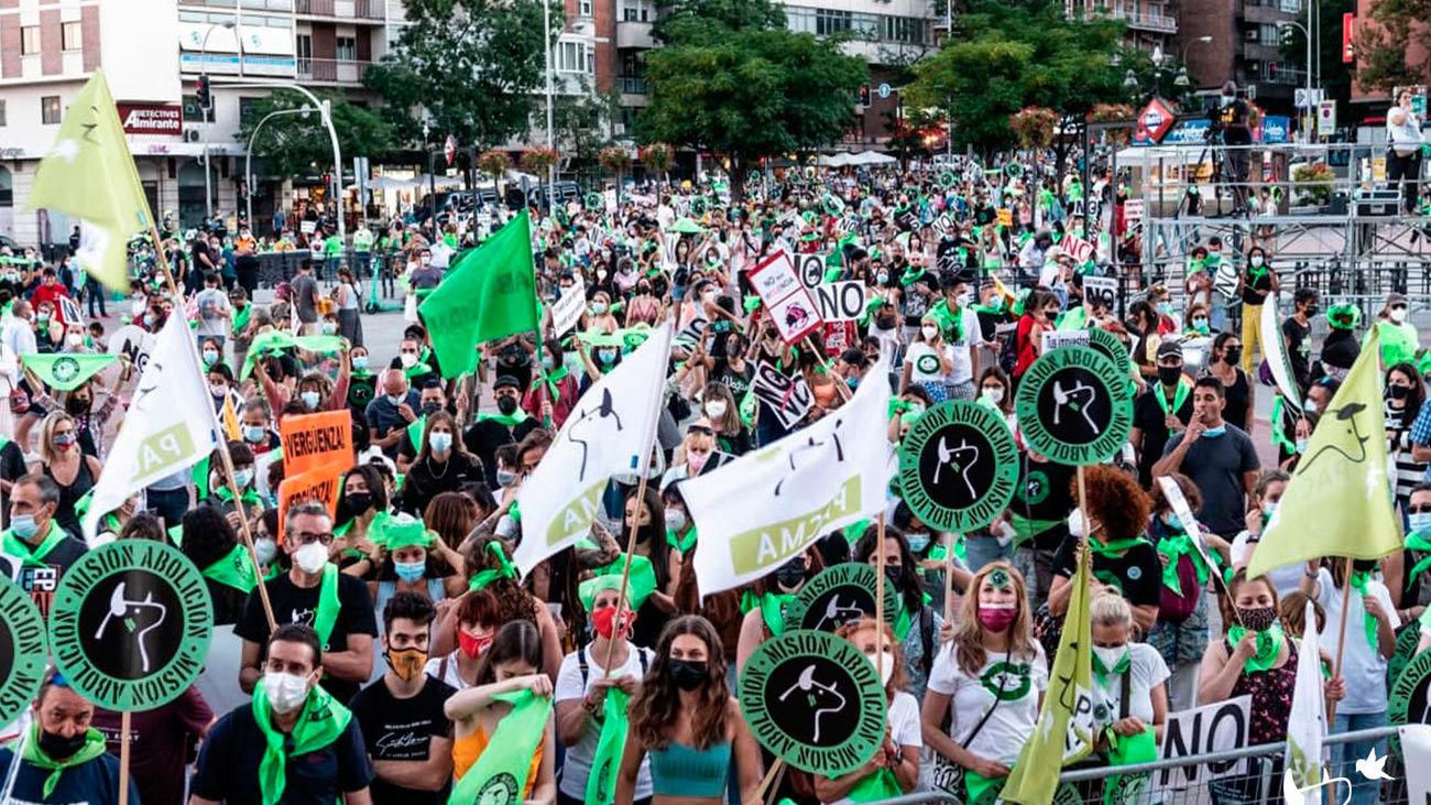 Miles de personas se manifiestan frente a Las Ventas para exigir el fin de la tauromaquia