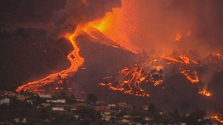 La imagen del volcán de La Palma por la noche