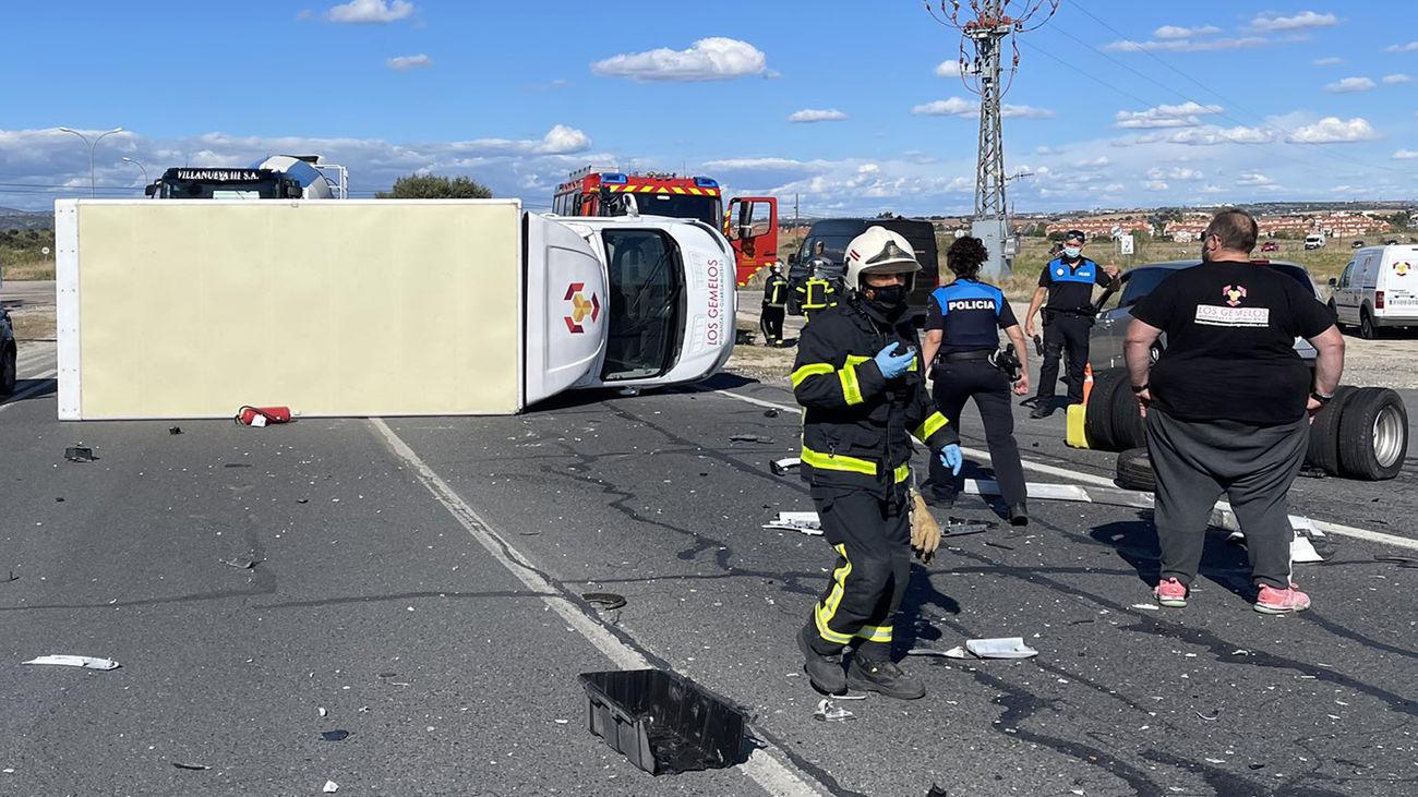 Un camión de mudanzas vuelca en Villanueva del Pardillo, tras chocar con un turismo
