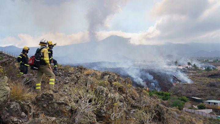 Trabajo a la desesperada para salvar el pueblo de Todoque en La Palma