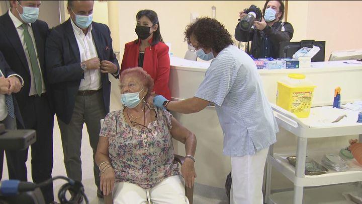 Un total de 45.000 mayores en residencias de Madrid reciben ya la tercera dosis de la vacuna