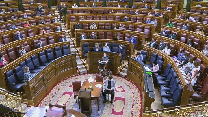 """Con Sánchez ausente, solo 6 de los 22 ministros acuden al """"control"""" del Congreso"""