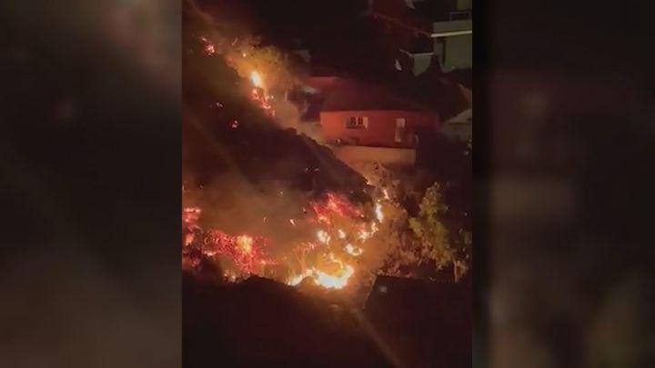 Los bomberos han tratado de canalizar la lava con diques