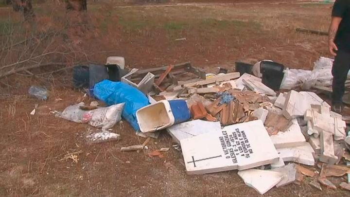 Desde restos de obra hasta lápidas en un vertedero ilegal cercano al Pardo