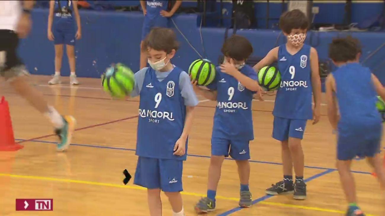 Sin mascarilla al hacer deporte al aire libre en los colegios de Madrid