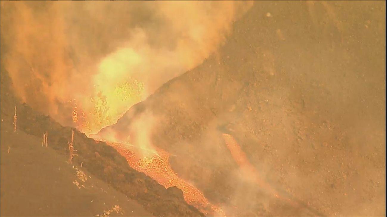 Dos nuevas bocas eruptivas vierten lava y ceniza sobre La Palma