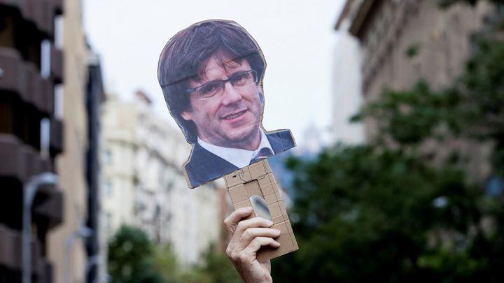 Varias personas participan en la manifestación de este viernes frente al Consulado de Italia en Barcelona para protestar contra por la detención ayer noche del expresidente de la Generalitat Carles Puigdemont en Cerdeña.