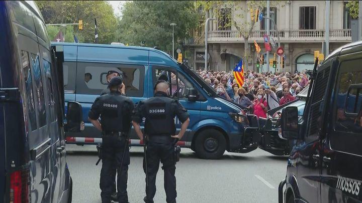 Protestas por la detención de Puigdemont ante el consulado de Italia en Barcelona