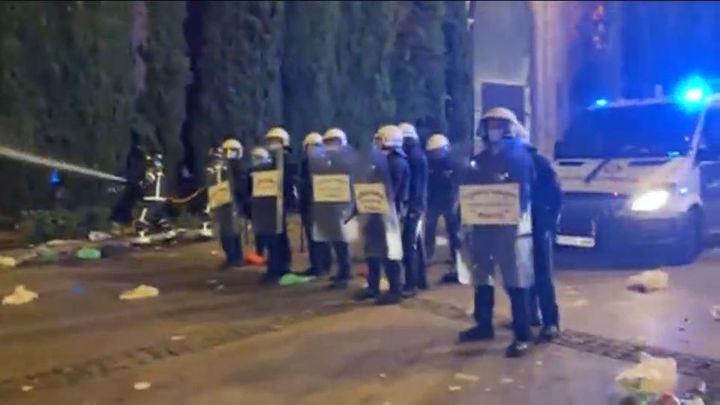 El macrobotellón de Barcelona se salda con 20 detenidos y quema de vehículos policiales, motos y contenedores