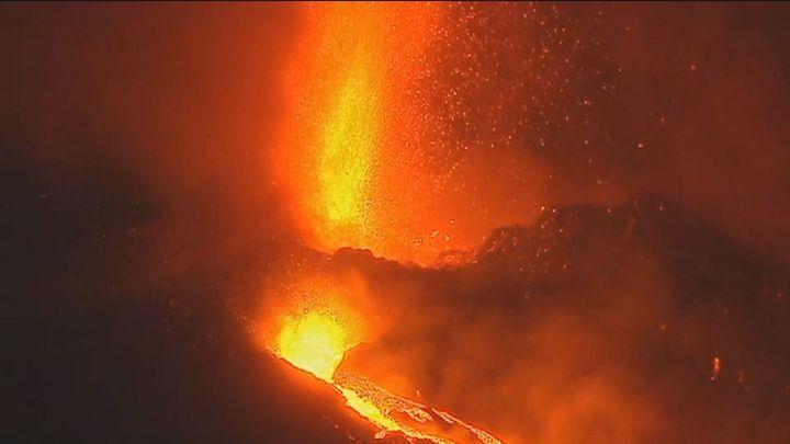 El cono del volcán de La Palma se ha partido y expulsa lava más fluida hacia el mar