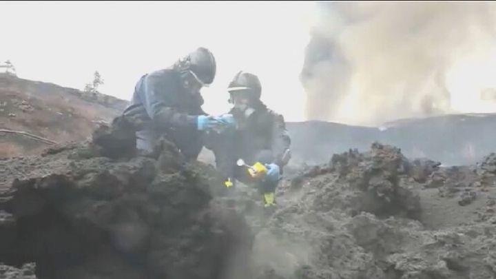 Así trabajan los encargados de medir los gases del volcán de La Palma en 'la zona cero'