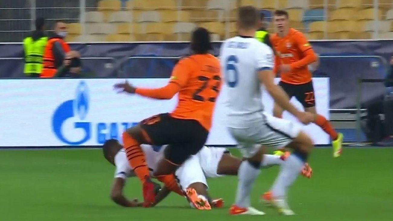 Escalofriante lesión de Lassina Traoré en el Shakhtar-Inter