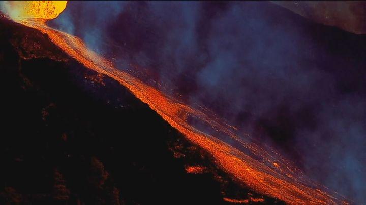 """El volcán de La Palma entra en fase efusiva y la lava """"a velocidad considerable"""" hacia el mar"""