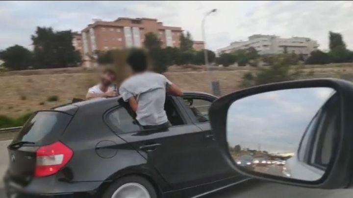 Buscan a los jóvenes que iban con medio cuerpo fuera del coche en la M-40 entre Carabanchel y Leganés
