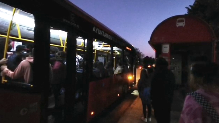 Los estudiantes de Valdemoro esperan hasta tres autobuses para poder ir a clase