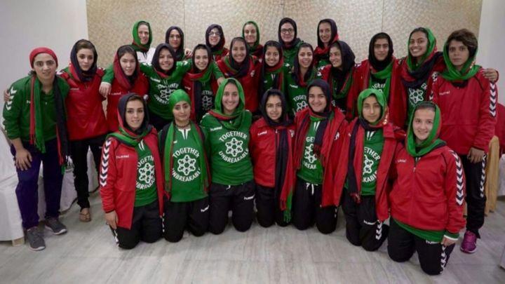 La nueva vida de niñas afganas futbolistas que huyeron de los talibanes