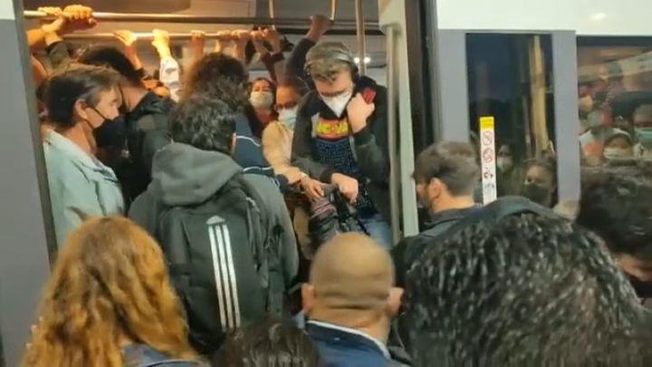 Largas esperas y lucha por entrar a los trenes de cercanías en Atocha en la primera jornada de huelga de Renfe