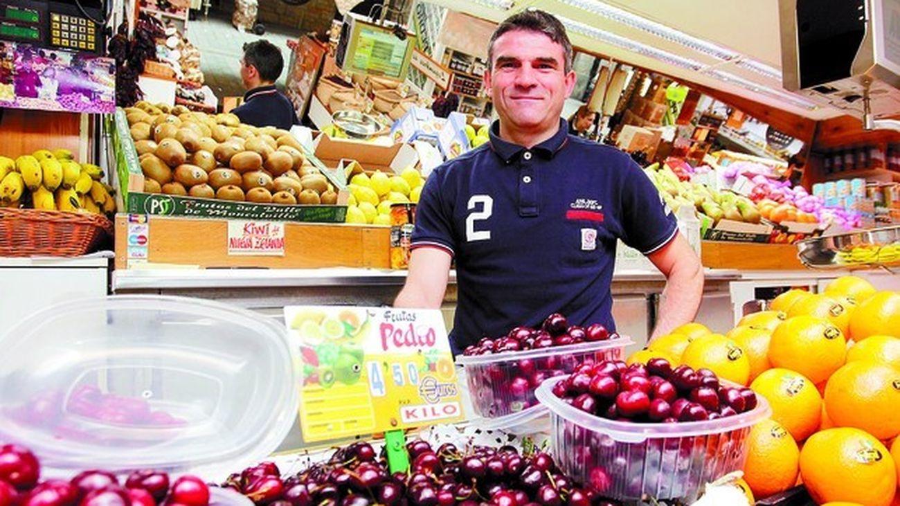 Pedro González, héroe del Atlético contra el Barça, hoy regenta una frutería