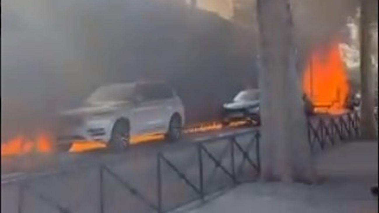 El incendio de una grúa provoca un reguero de fuego y afecta a varios coches en Barajas
